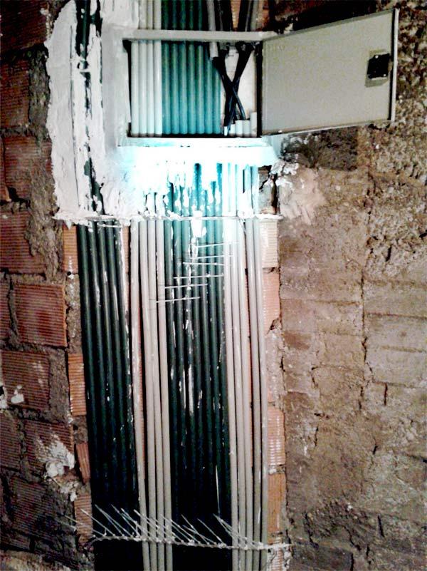 رایزر برق ساختمان اجرا شده با لوله و ساپورت